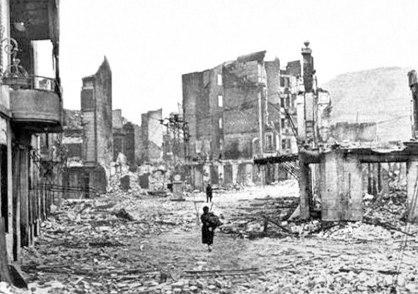 Guernica despues del bombardeo, 1937