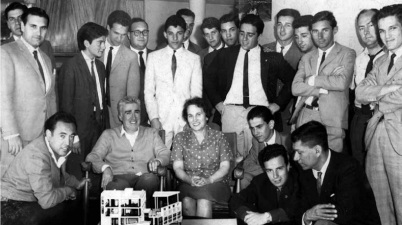 Pedro Curutchet y su esposa con estudiantes de arquitectura, 1956 tecnne